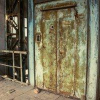 Мусоросжигательный завод / Служебный лифт :: Антон Смольянинов