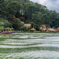 Деревня на берегу озера, Вьетнам :: Илья Шипилов