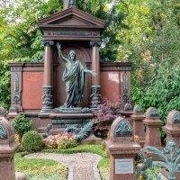 Северное городское кладбище с церковью, Дюссельдорф :: Witalij Loewin
