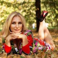 Девушка лежит на листьях осенью :: Анна Литвинова