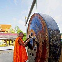 Тайский монах извлекает звуки из большого ритуального гонга. Тайланд, о. Пхукет. :: Евгений Васин