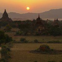 Мьянма. Закат в Старом Багане со ступы Швезандо :: Андрей Левин