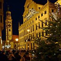 ...Hад городом летают ангелы, оповещая о приближении Рождества... :: Galina Dzubina