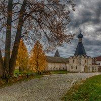 Осень в монастыре. :: Михаил Волков