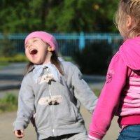 Падающая со смеха девочка :: Владимир Агафонов