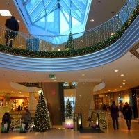 Праздничные декорации в торговом центре :: Nina Yudicheva
