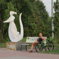 Аллея муз на Оболонской набережной :: Наталья Джикидзе (Берёзина)