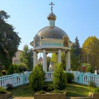 Осень в Адлере. Водосвятная ротонда во дворе Церкви Троицы Живоначальной. :: Elena Izotova
