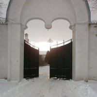 Монастырские ворота :: Svetlana Lyaxovich