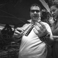 Выбирая сувенир..Малайзия! :: Александр Вивчарик