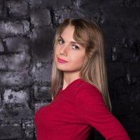 Девушка в малиновом платье :: Valentina Zaytseva