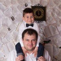 Довольный сын у папы на шее :: Valentina Zaytseva