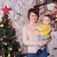 Мама с сыном на руках у ёлки :: Valentina Zaytseva