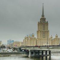 Хмурое утро над гостиницей Украина :: Сергей Бурлакин