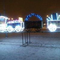 Паровозик из герлянд. Новогоднее украшение площади около Финлянского вокзала. :: Светлана Калмыкова