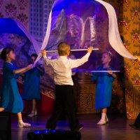 Танец с полотнами :: Дмитрий