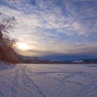 Следы на замёрзшей реке :: Анатолий Иргл