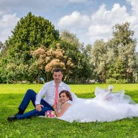 молодожены на траве, свадебная прогулка в ботаническом саду :: Егор Чеботаренко