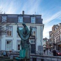 Памятник Святому перед входом в собор Св. Серватия, Маастрихт :: Witalij Loewin