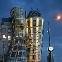 "Прага, вечер, ""Танцующий дом"" :: IURII"