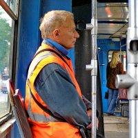 Контролёр трамвая погруженный в собственные мысли... :: Владимир Ильич Батарин