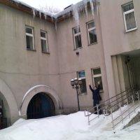 Мужчина, Люберецкий Центр Занятости и огромные сосульки! :: Ольга Кривых