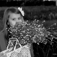 Настюша и её душистый полевой подарок мамочке... :: Анна Шишалова