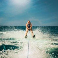 Водные лыжи рулят среди проплывающих дельфинов :: Юлия Трошина