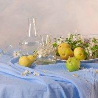 Натюрморт с грушами на голубом :: Оксана Чегол