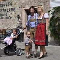 На фоне Зальцбурга снимается семейство. The family is photographed against the backdrop of Salzburg. :: Юрий Воронов