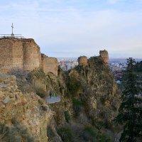 Святая гора Мцатминда до сих пор хранит на себе фрагменты древней крепости Нарикала. :: Anna Gornostayeva
