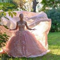 девушка в красивом платье :: Юрий Тойбин