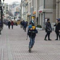 По улице на самокате :: Александр Степовой