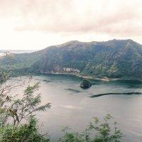 кратерное озеро вулкана Тааль(самый маленький вулкан в мире) :: Надежда Шемякина
