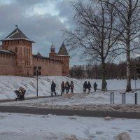Вечерняя прогулка у стен Кремля :: Олег Фролов