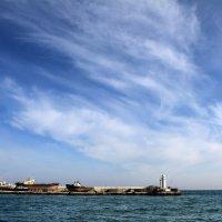 Какой простор над бухтой в Ялте... :: Валерий Басыров