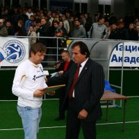 Заури Абуладзе награждает Игоря Егорова судья ФИФА. :: Заури Абуладзе