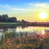 Солнце садится за озеро. :: юрий Амосов