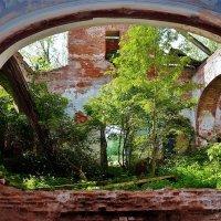 Сцена из жизни заброшенного Храма... :: Sergey Gordoff