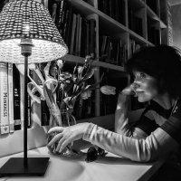 Настольной лампы тёплый круг нас примет в мир свой желтоватый... :: Ирина Данилова