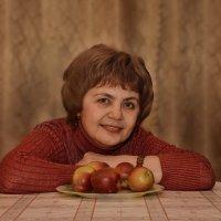 Женщина,улыбка, яблоки :: Наталия П
