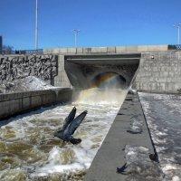 Весеннее водяное буйство на плотинке городского пруда. :: Пётр Сесекин