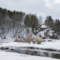Речка Каменка, почти вскрылась, оставив мостик для пешеходов. :: Михаил Полыгалов