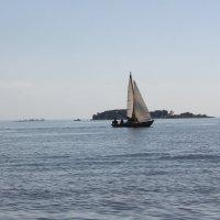парусник и остров :: Наталья Золотых-Сибирская
