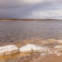 Последние льдинки на Волге. :: Виктор Евстратов
