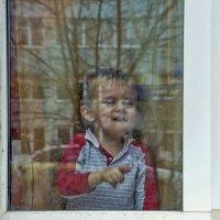 Любопытный малыш у окна. :: Анатолий. Chesnavik.