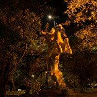 Нячанг, парк Горького. Памятник местному герою... Наверно, Горькому..) :: Ruslan