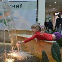 ребенок и фонтан :: Татьяна Малафеева