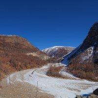 Меж гор течёт река, покрытая льдом :: Анатолий Иргл