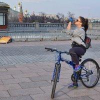 Чтобы посмотреть Москву, достаточно уметь крутить педали. :: Татьяна Помогалова